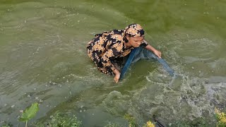 Amazing! catching big catfish by beautiful village aunty - New fish catching technic